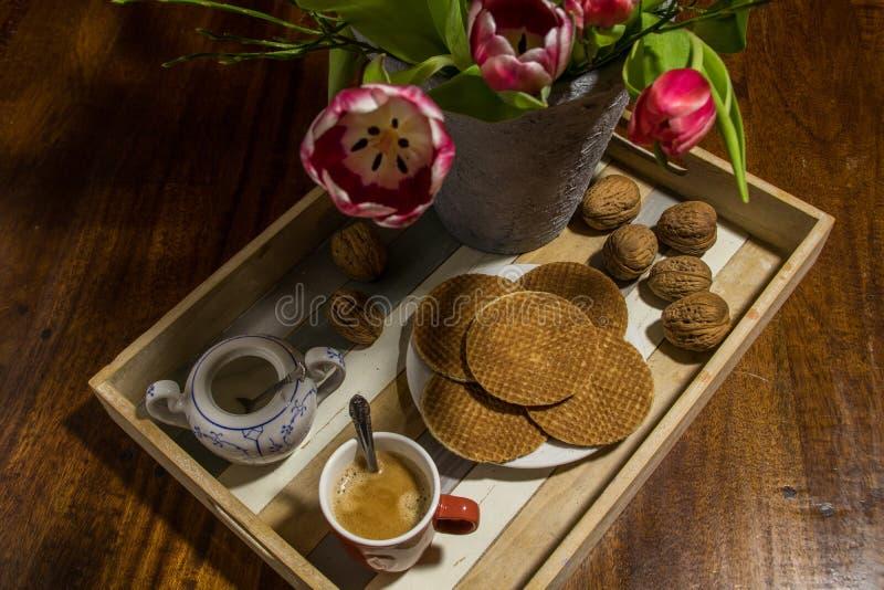Tulipes néerlandaises, noix, gaufres traditionnelles de sirop, pot de sucre et photo libre de droits
