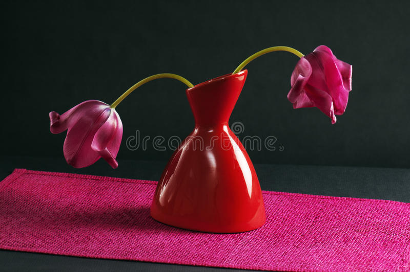 Tulipes roses dans un vase photo stock