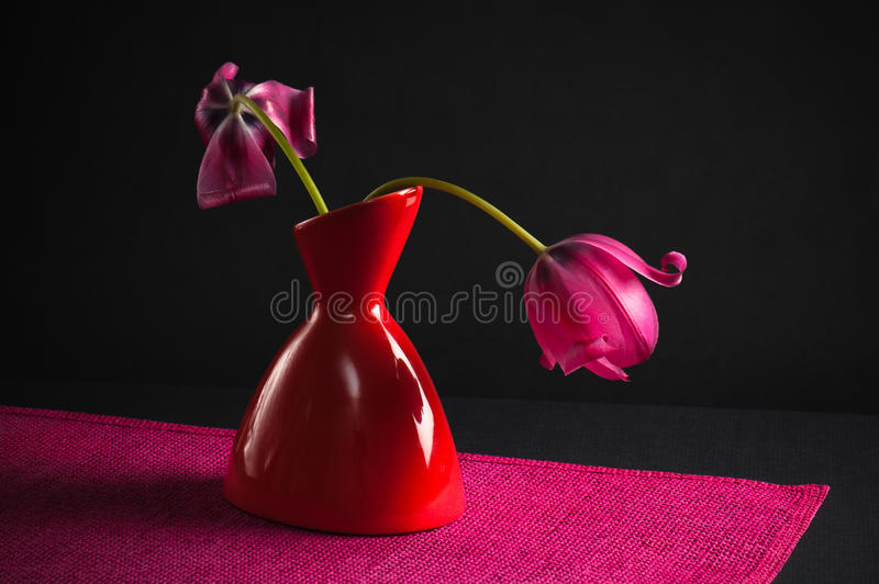 Tulipes roses dans un vase images stock