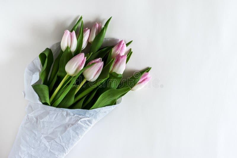 Tulipes roses enveloppées en livre blanc photo stock