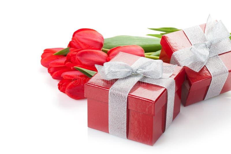 Tulipes rouges fraîches avec des boîte-cadeau images libres de droits