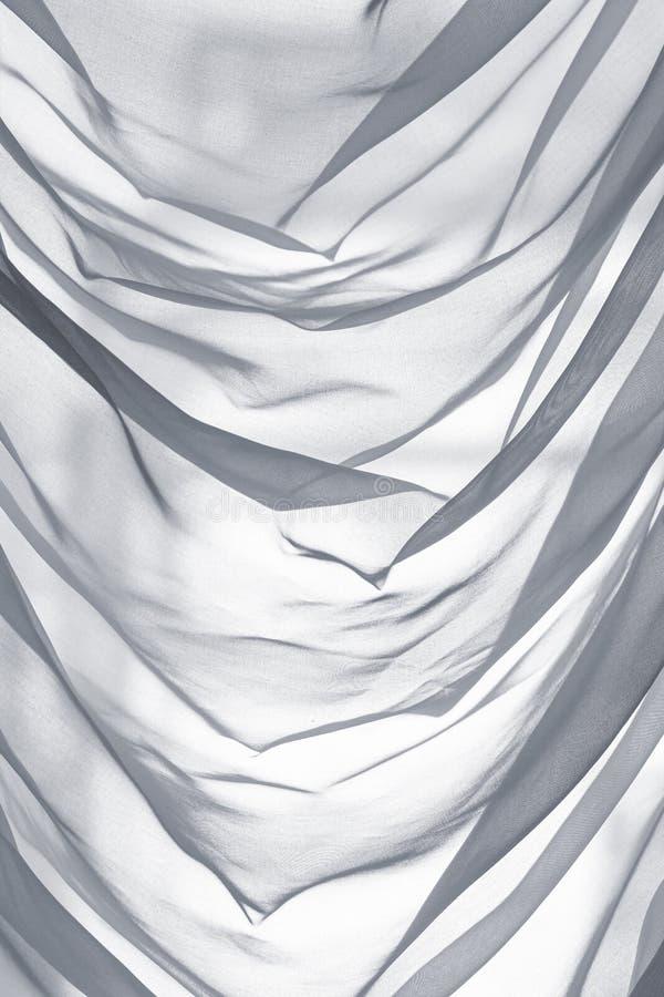 Tulle blanca decorativa con los dobleces, vertical foto de archivo