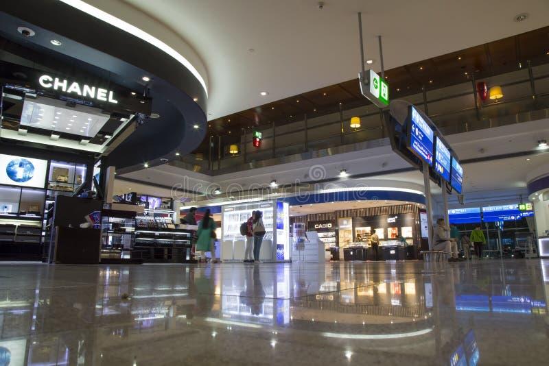 Tullfritt shoppar i den Dubai International flygplatsen royaltyfria foton
