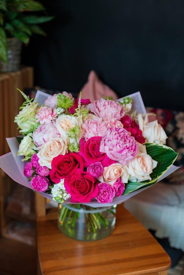 Tulpan иouquet av blommor på ett ben i inre av restaurangen för en beröm shoppar floristry eller att gifta sig salongen royaltyfri foto
