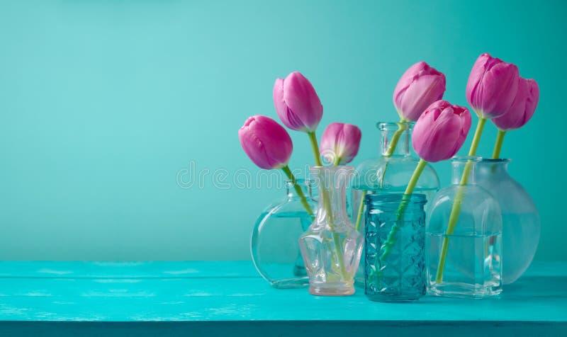 Tulpan blommar i vaser royaltyfri fotografi