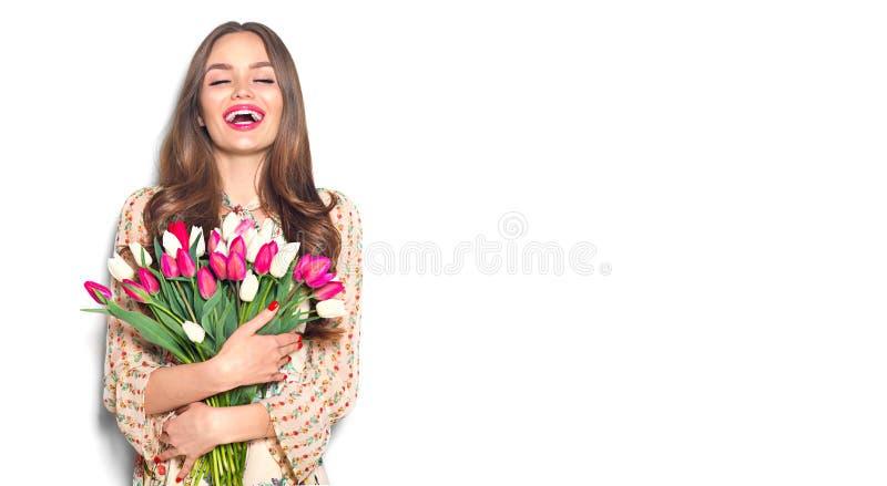 Tulpan f?r v?r f?r sk?nhetflickainnehav Lycklig h?rlig kvinna som mottar en bukett av f?rgrika tulpan arkivbilder
