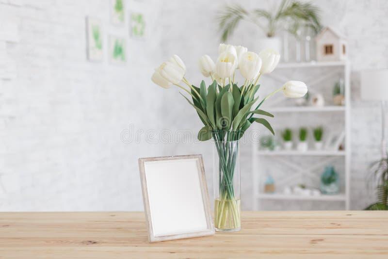 Tulpan i en vas på en trätabell inre scandinavian Modell royaltyfri foto