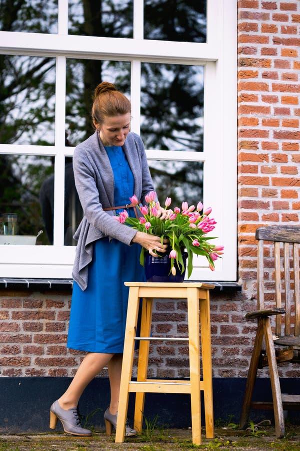 Tulpan i en vas i trädgården arkivbilder