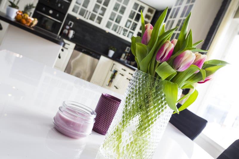 Tulpan i ett modernt kök royaltyfri bild