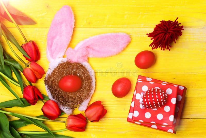 Tulpan i rosa eller röda färger på gul träbakgrund royaltyfria foton