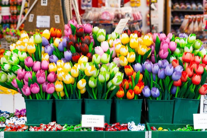 Tulpansouvenir som är till salu på den holländska blomman, marknadsför, Amsterdam, Nederländerna royaltyfri fotografi