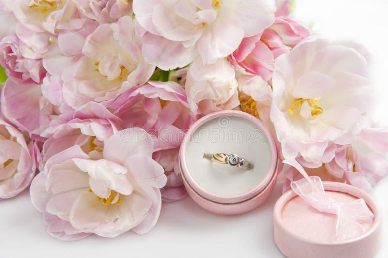 Tulpe- und Hochzeitsringe stockbild
