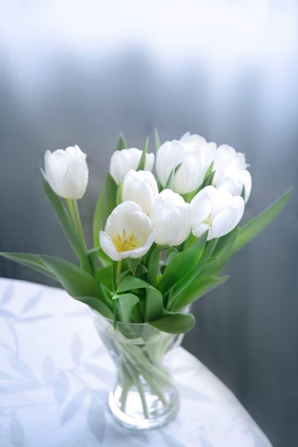 Tulpen auf der Tabelle stockbilder