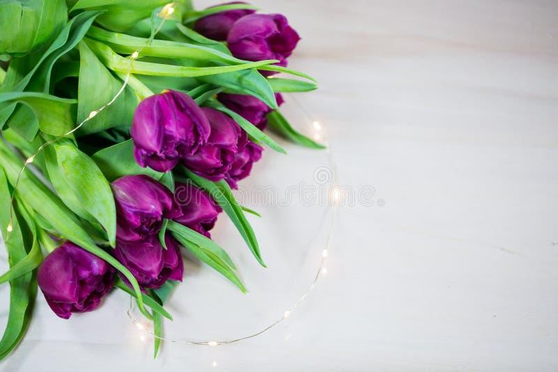Tulpen auf hölzernem Hintergrund, lila Tulpen stockfotografie