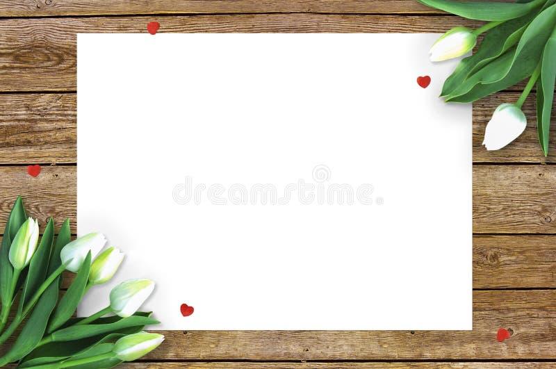 Tulpen auf hölzernem Hintergrund mit Raum für Mitteilung Mutter ` s Tageshintergrund Blumen auf rustikaler Tabelle für den 8. Mär lizenzfreie stockbilder