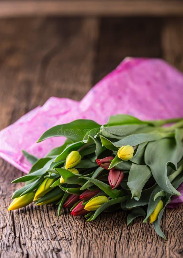 Tulpen De lentetulpen los op de eiken lijst royalty-vrije stock foto's