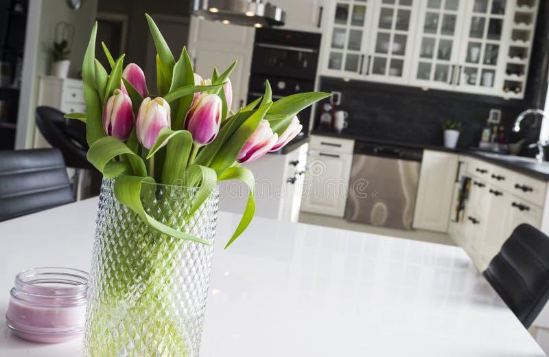 Tulpen in een moderne keuken stock fotografie