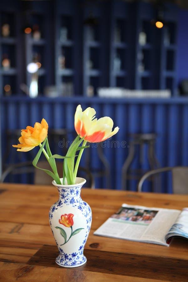 Tulpen in een vaas royalty-vrije stock afbeeldingen