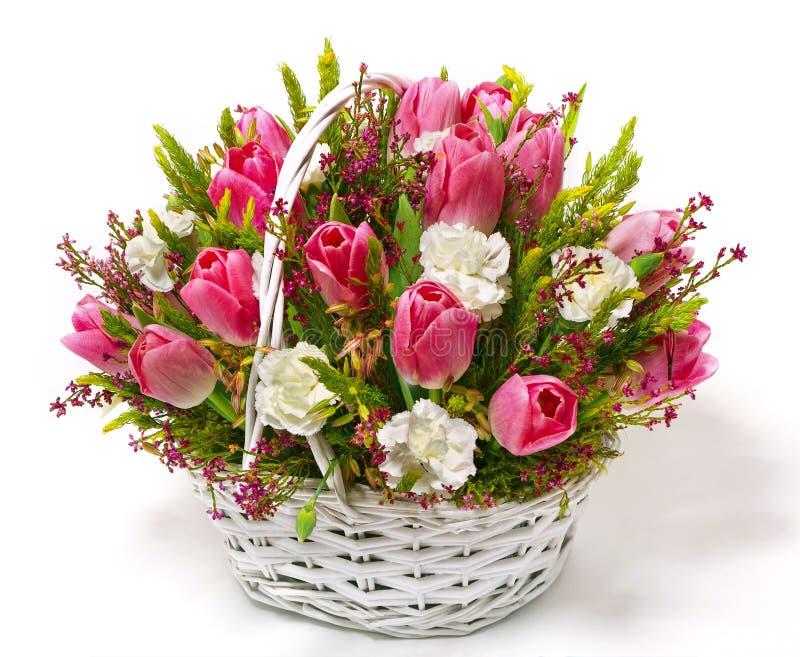 Tulpen en anjers in een mand royalty-vrije stock foto's