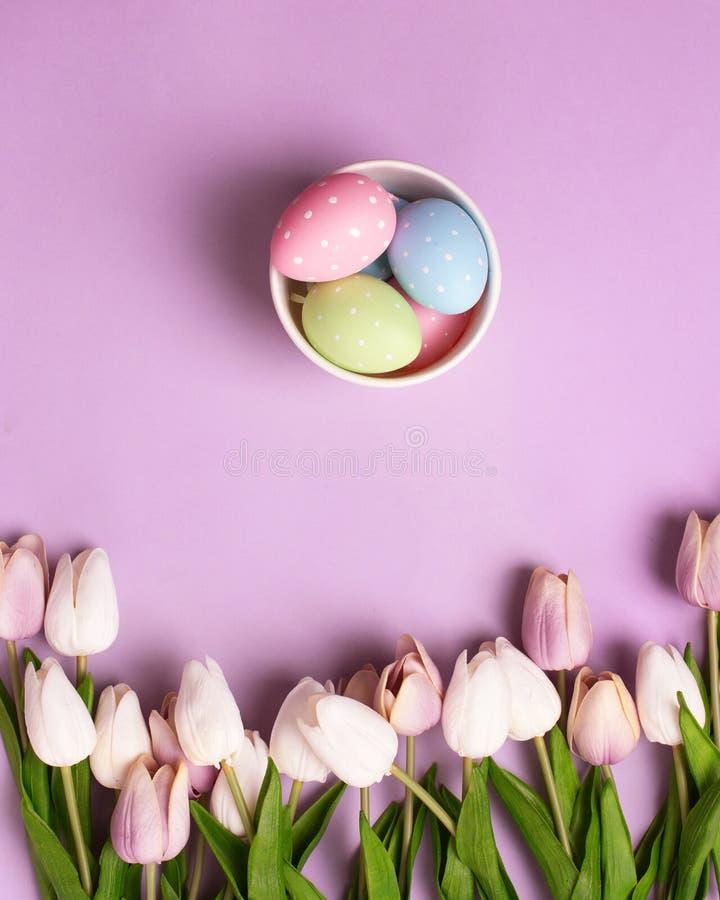 Tulpen en decoratieve paaseieren in kleine doos royalty-vrije stock foto's