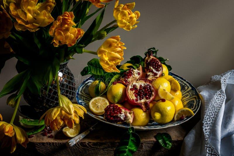 Tulpen en fruit op een het porseleinlader van Wanli Kraak stock foto's