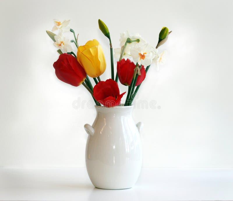 Tulpen en Gele narcissen stock foto's