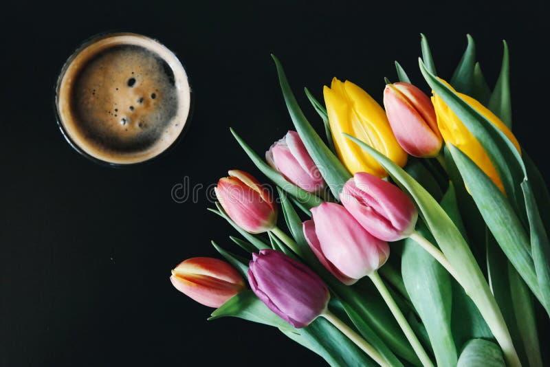 Tulpen en koffie stock foto's
