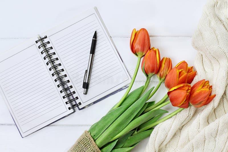 Tulpen en Open Boek royalty-vrije stock foto's
