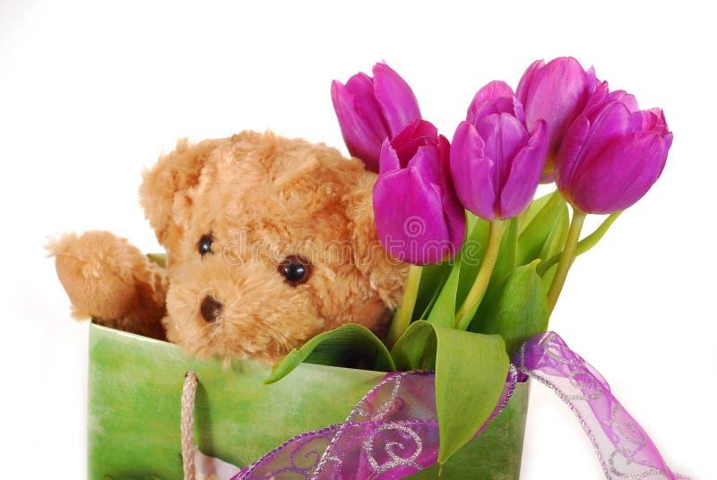 Tulpen en teddybeer in giftzak royalty-vrije stock afbeeldingen