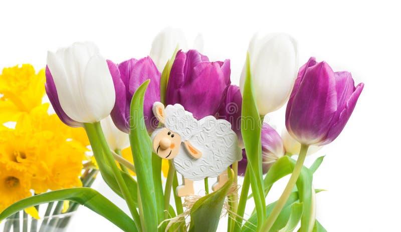 Tulpen, gele narcissen, Pasen-decoratie royalty-vrije stock foto