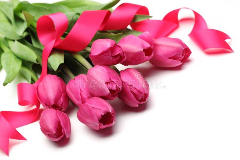 Tulpen met roze lint royalty-vrije stock afbeeldingen