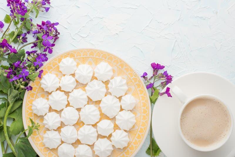 Tulpen mit Kaffee und Meringe Draufsicht mit leerem Raum für die Kennzeichnung oder die Werbung lizenzfreies stockbild