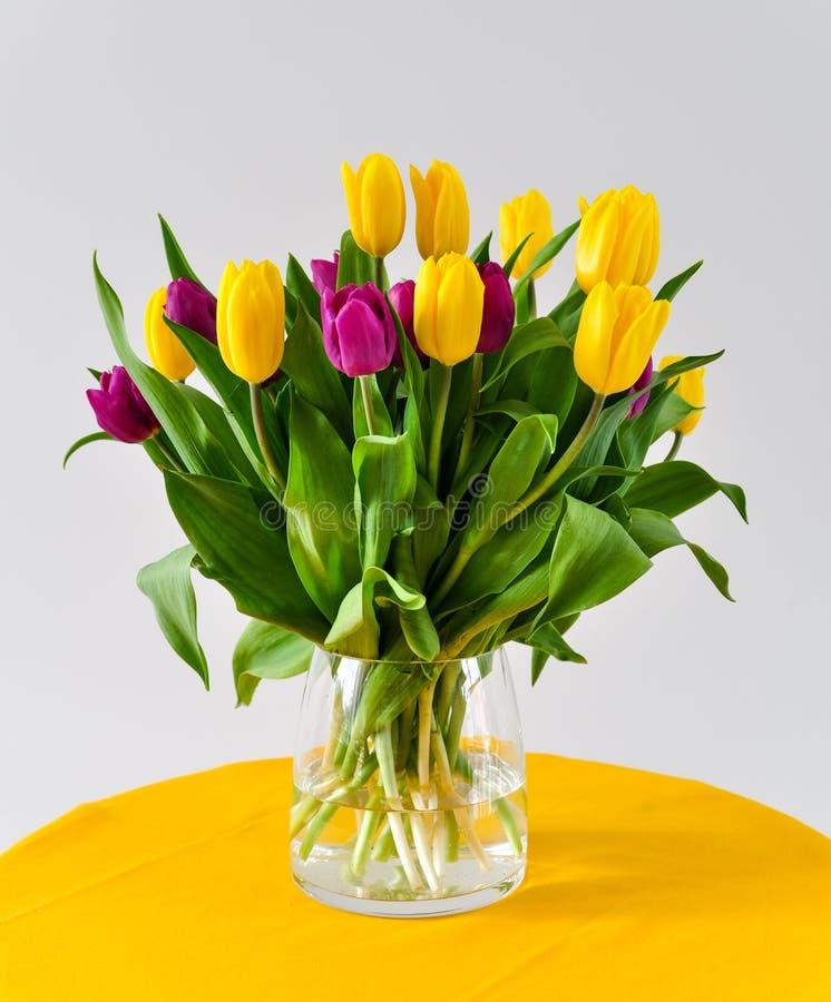 Tulpen in vaas stock afbeeldingen