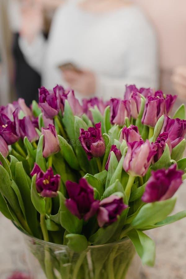 tulpenclose-up, groot boeket van bloemen in het binnenland royalty-vrije stock foto