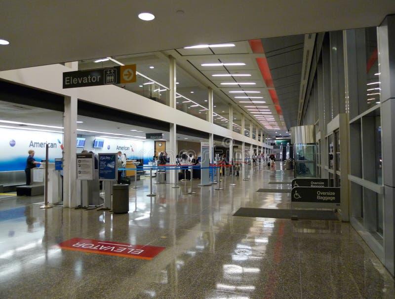 Tulsa lotniska międzynarodowego winda, American Airlines sprawdza wewnątrz teren zdjęcie stock