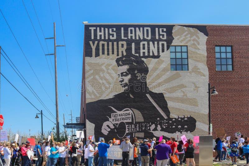 Tulsa OK 3-24-2019 Protestors maszerują puszek ulicę Woody Guthrie muzeum w Tulsa zdjęcia royalty free