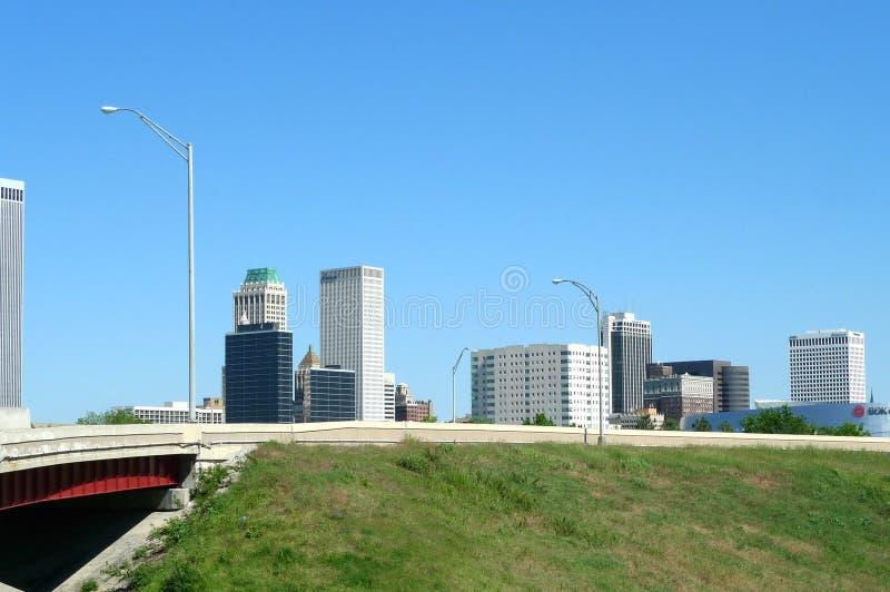 Tulsa som är i stadens centrum med bron arkivfoton