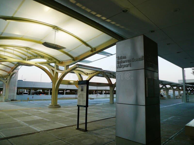 Tulsa tände den internationella flygplatsen arkitektur med bågar och signagen royaltyfri bild