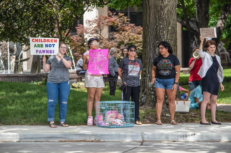 7-2-2019 Tulsa U.S.A. - dimostranti al parco con i segni e le bambole nei gabbia-bambini non sono pegni - è questa che cosa signi immagine stock libera da diritti