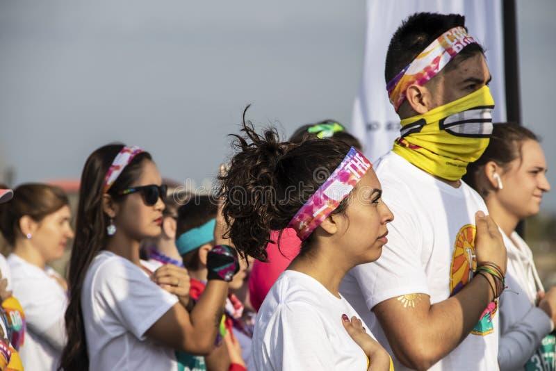 4-6-2019 Tulsa usa kobieta ubierająca dla koloru bieg stawia oddaje serce podczas bawić się hymn państwowy z tłumem wokoło - zdjęcia royalty free