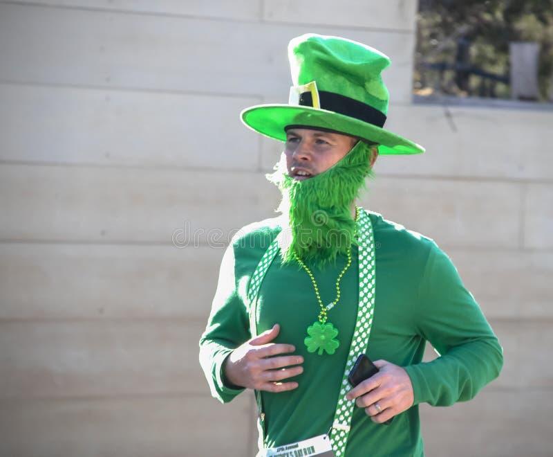 Tulsa usa 3-16-2019 mężczyzna ubierał jak leprechaun z zieloną brodą i kapeluszowi jogs w rocznym Świątobliwym Patrick dnia bieg obraz royalty free