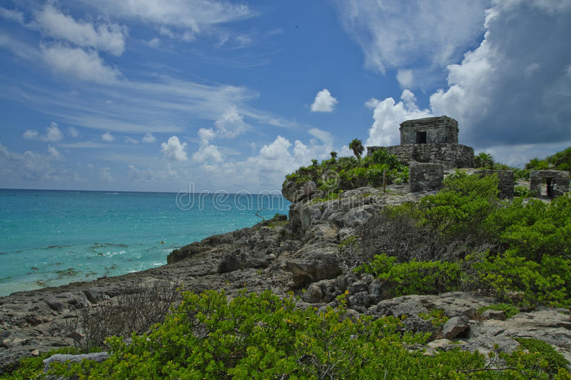 Tulum świątynia siedzi wysoko na skalistej falezie przegapia turkusową wodę wzdłuż wybrzeża Quintana Roo zdjęcie stock