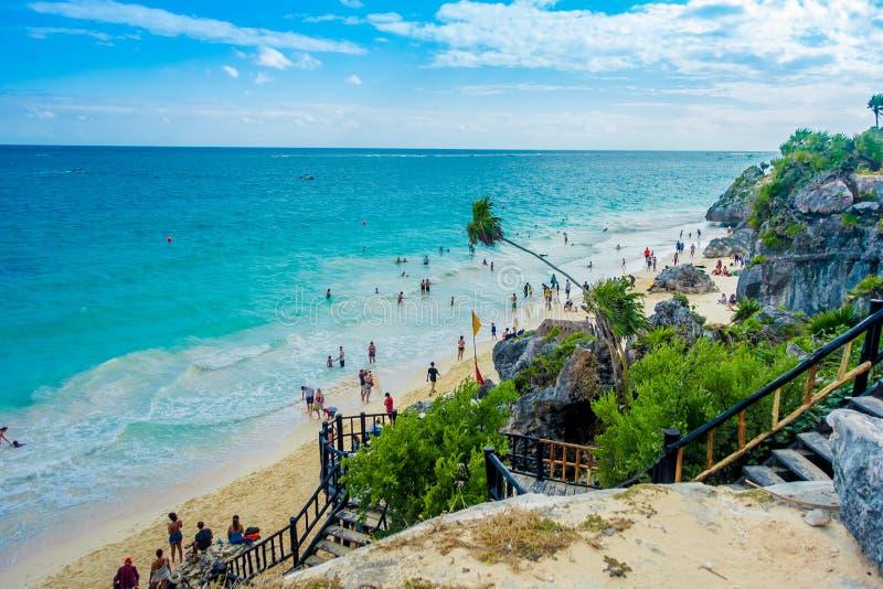 TULUM, MÉXICO - 10 DE JANEIRO DE 2018: Acima da vista de não identificado apreciando a vista bonita perto das ruínas maias de imagem de stock
