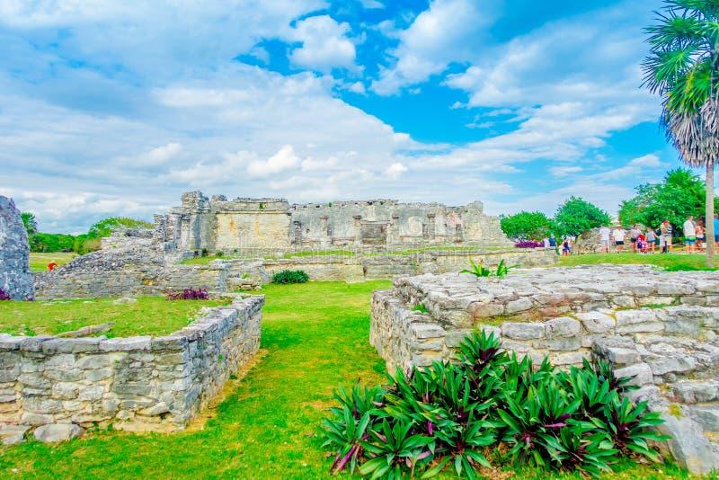 TULUM, MÉXICO - 10 DE JANEIRO DE 2018: Povos não identificados que andam no templo dos fresco nas ruínas maias de Tulum dentro foto de stock