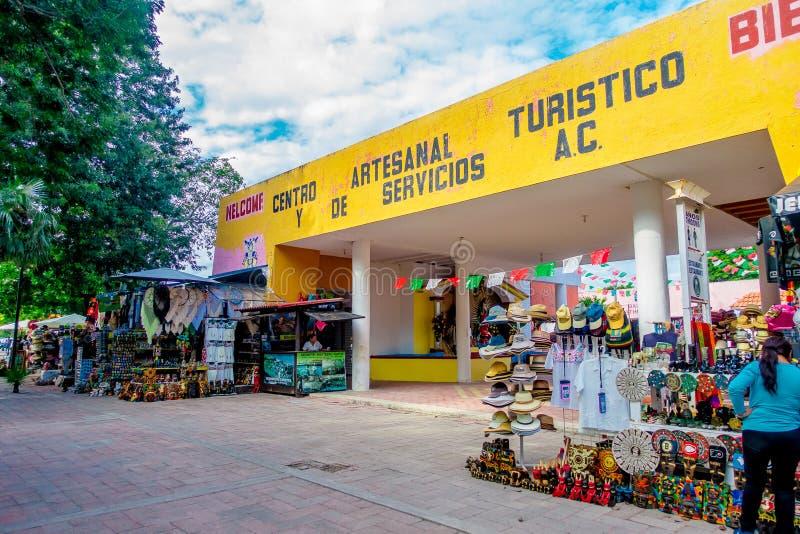 TULUM, MÉXICO - 10 DE JANEIRO DE 2018: Vista exterior de muitas lojas da lembrança na entrada das ruínas de Tulum em México imagem de stock