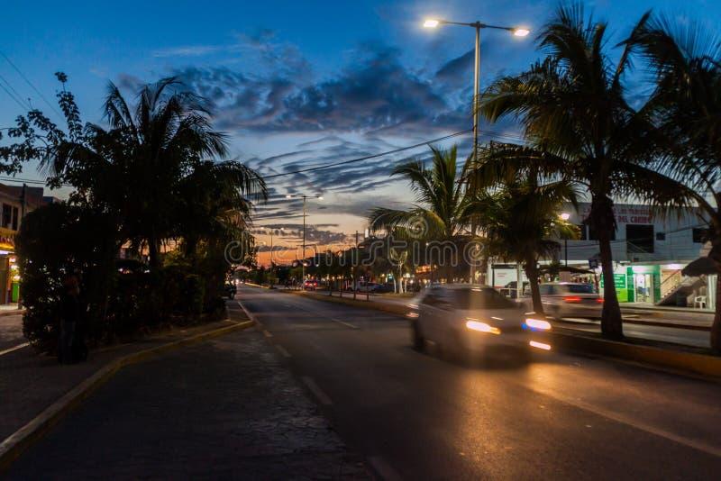TULUM, MESSICO - 1° MARZO 2016: Vista di notte di una strada principale in Tulum, Mexic fotografia stock libera da diritti