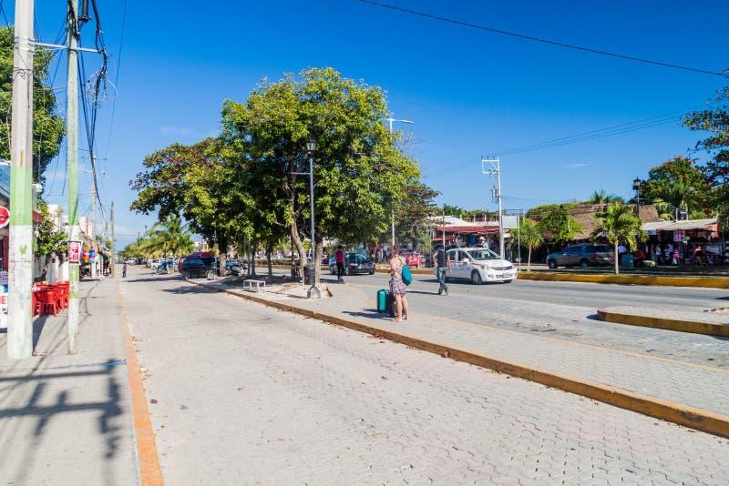 TULUM, MESSICO - 1° MARZO 2016: Vista di una strada principale in Tulum, Mexic immagine stock libera da diritti