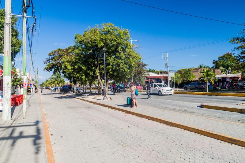 TULUM, MEXICO - MAART 1, 2016: Weergeven van een hoofdweg in Tulum, Mexic royalty-vrije stock afbeelding
