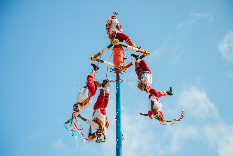 Tulum, Mexiko am 22. November 2010 Traditioneller Mayatanz im Freizeitpark von Xel-ha, in der Yucatan-Halbinsel in Mexiko lizenzfreie stockfotos