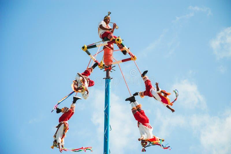 Tulum, Mexiko am 22. November 2010 Traditioneller Mayatanz im Freizeitpark von Xel-ha, in der Yucatan-Halbinsel in Mexiko t?nzer lizenzfreies stockfoto